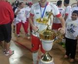 O craque João Pontes posando com o troféu de tricampeão