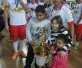Nuna juntamente com seus filhos posando ao lado do troféu de grande campeão