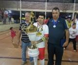 Hiroshi capitão do Fogueira recebe o troféu de grande campeão