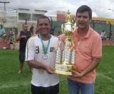 O capitão do Colônia de Férias recebe o troféu de campeão da temporada